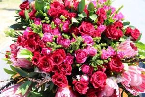 Un bouquets de roses multicolores