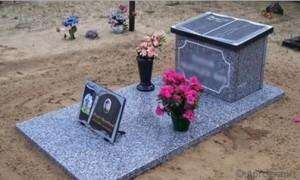 Fleurs de deuil pour monument funéraire